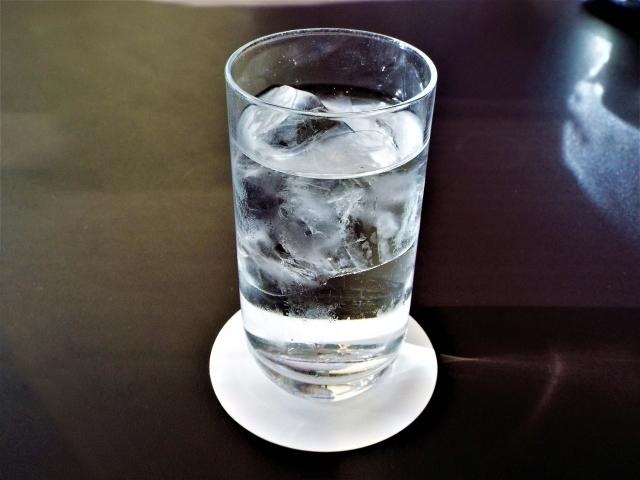 氷入りの水